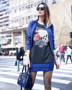 Como usar conjunto formal azul combinado com tenis branco, meia arrastao e camiseta rocker