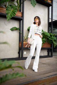 Como usar conjunto formal off white combinado com tenis branco, e cropped