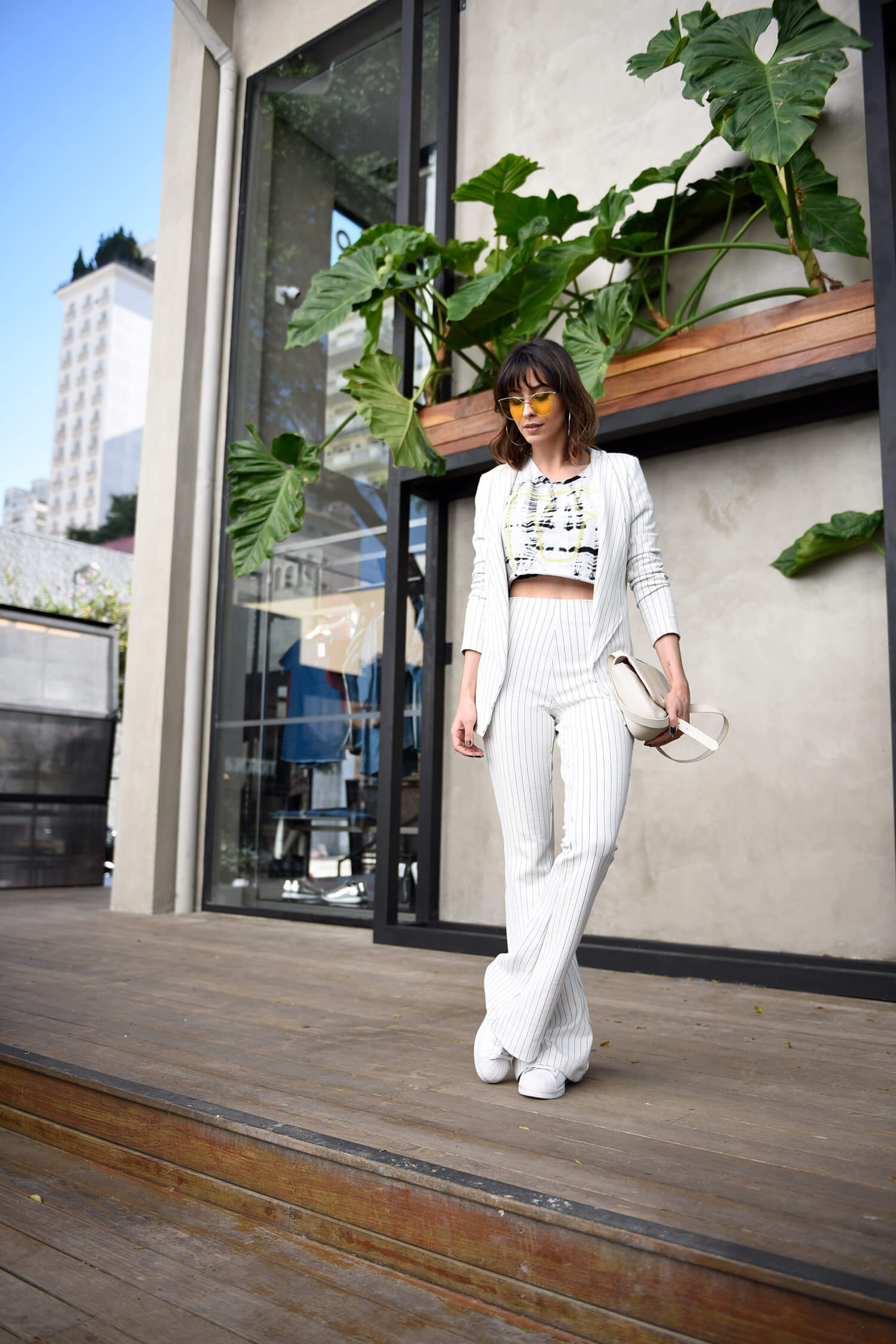 Como usar conjunto formal off white combinado com tenis branco, e cropped