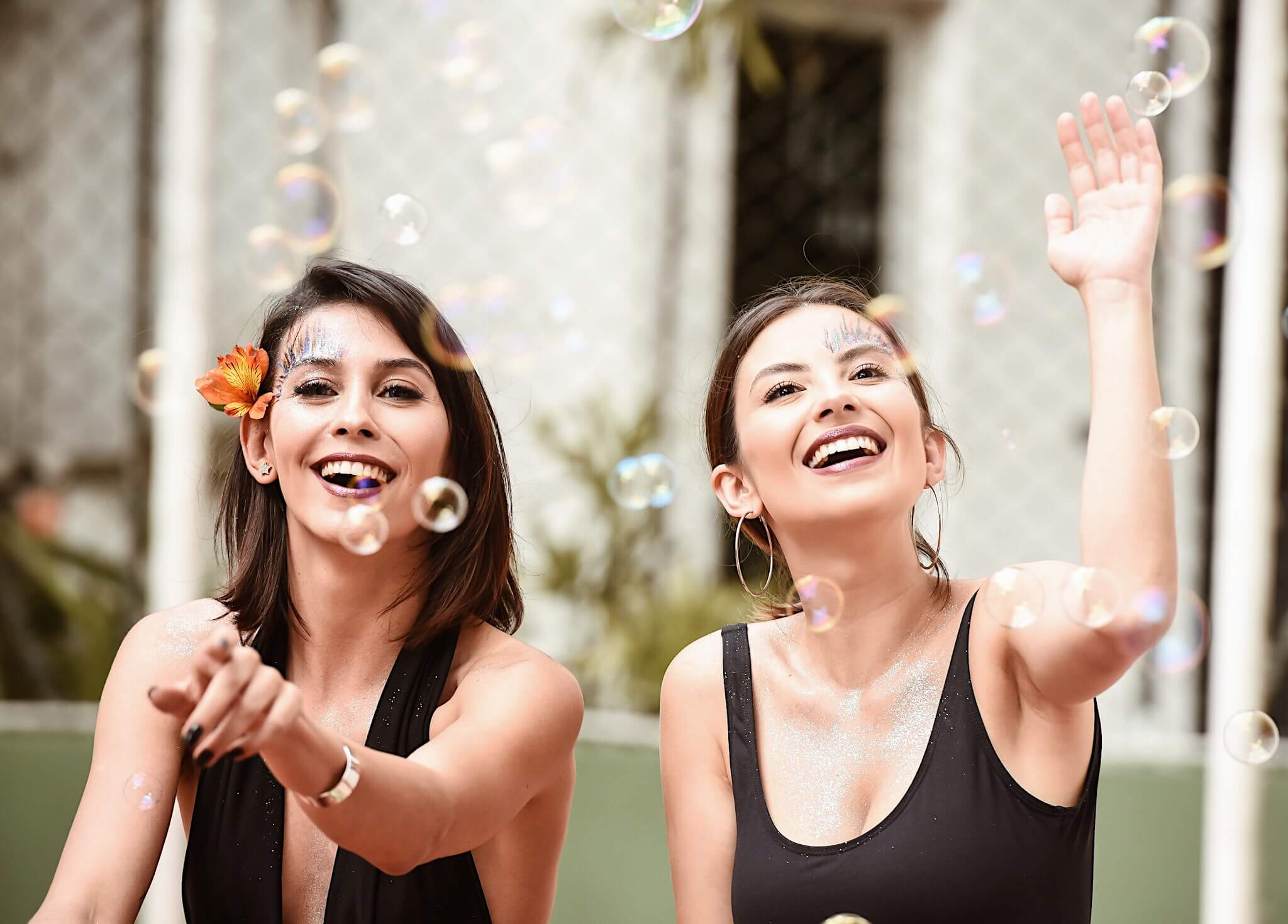 Van Duarte e Aline Flores usando makes fáceis de fazer para o carnaval, brincando com as bolhas de sabão