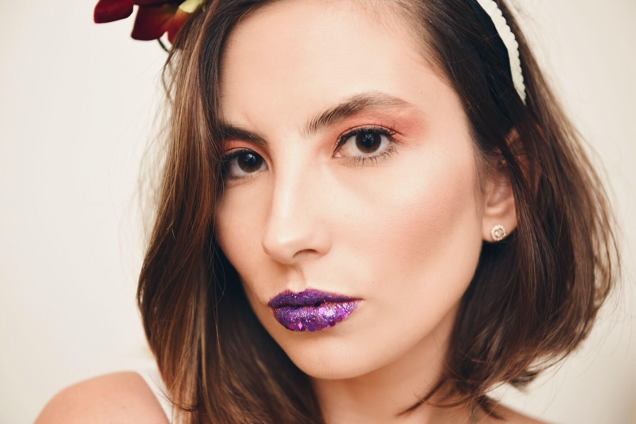 Van Duarte com make de Carnaval usando boca com glitter