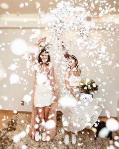Aline Flores e Van Duarte brincando com confetes de Carnaval